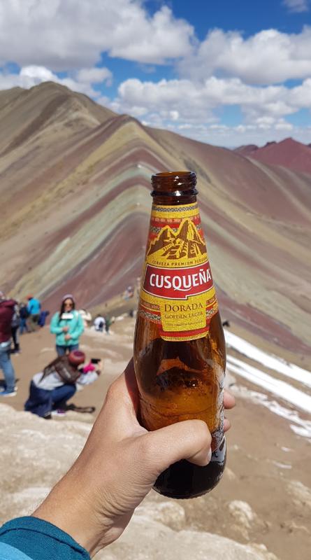 Lokal øl 5000 meter høyde på Rainbow Mountain, Peru